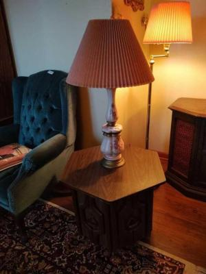 VINTAGE END TABLE W/ TABLE LAMP