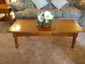 WOODEN COFFEE TABLE WITH MAGNOLIA CENTERPIECE (MATCHES LOT 10)