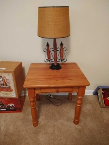 WOODEN END TABLE WITH TABLE LAMP