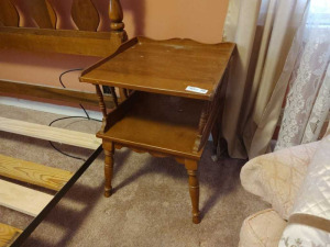 VINTAGE WOODEN END TABLE/NIGHTSTAND