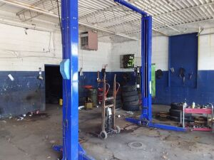 Quality Lift 2-Post Car Lift, Model Q1000Maximum Capacity Of 10,000 Lbs.  Note To Buyer:  There will not be a fork lift on site to assist in removing this lift.  Please plan accordingly.