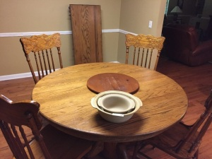 Dining Room Table with (2) leafs & (4) chairs