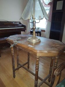 Vintage Parlor Table With Tulip Lamp