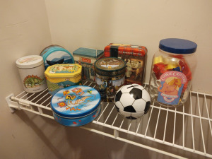 ASSORTMENT OF TINS & COOKIE CRITTERS