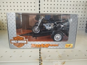 Maisto Harley-Davidson Tow & Show Trailer With 1:18 Die-Cast Motorcycle & Display Stand, NB