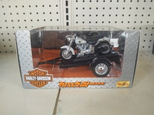 Maisto Harley-Davidson Tow & Show Trailer With 1:18 Die-Cast Motorcycle & Display Stand, NIB