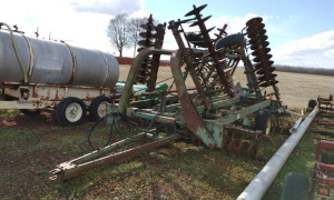 24' JOHN DEERE DISC WITH HARROW; LOCATED OFF SIT IN NEW MARKET, AL.  CALL ANDREW HEARD @ (931) 638-5499 FOR MORE INFORMATION.