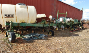 12-ROW JOHN DEERE 850 CULTIVATOR.  LOCATED OFF SITE IN NEW MARKET, AL.  CALL ANDREW HEARD @ (931) 638-5499 FOR MORE INFORMATION.